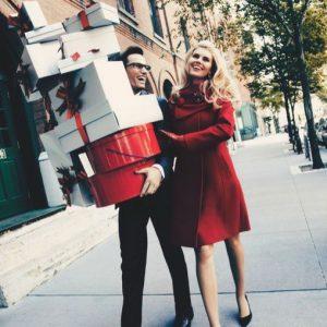 Мужчина и женщина с коробками с подарками